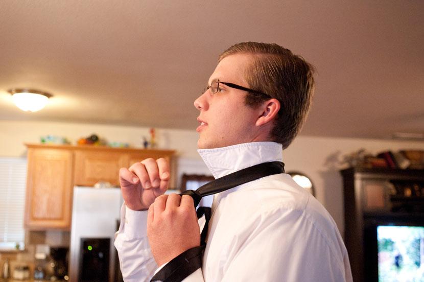 groom tying tie elissa r austin wedding photographer