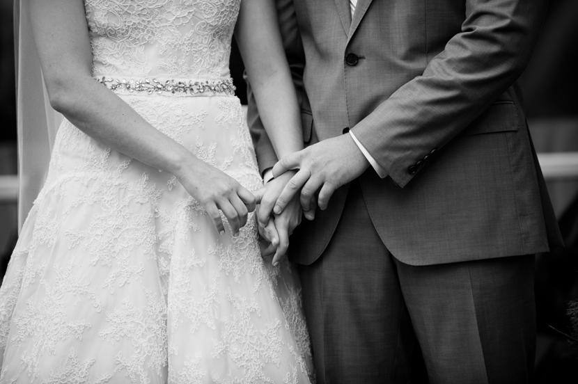 touching wedding ceremony moments