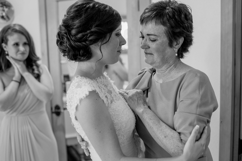 emotional moments between mothers and daughters on wedding day