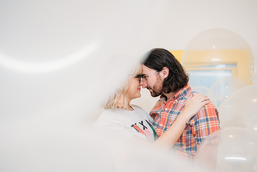 engagement pictures with balloons used creatively
